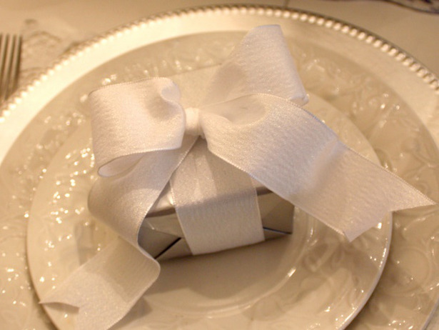RMS-singlemomonabudget_white-plates-box-with-bow_s4x3_lg