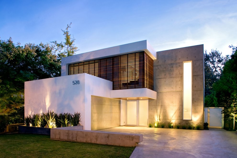 Fachada de casa moderna con luces en el suelo